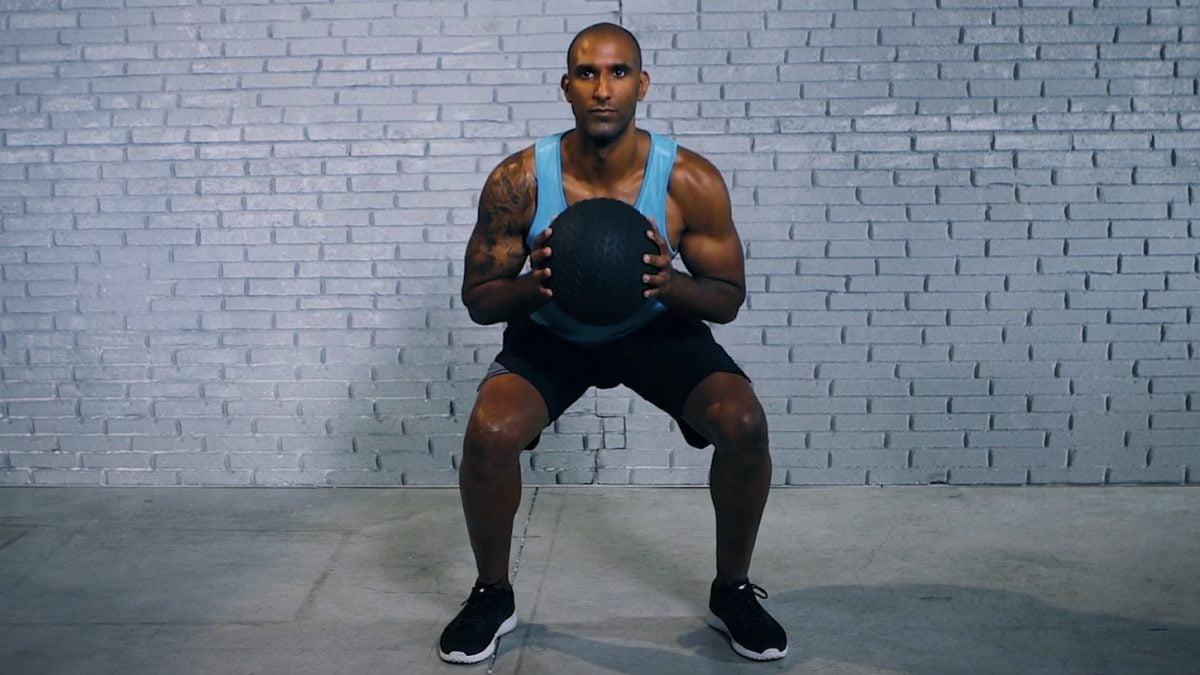 Med ball squat - Medizinball Squat - Squat med ball - EVO Fitness