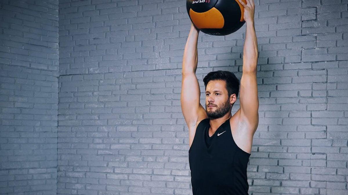 medicine ball squat overhead - Medizinball-Kniebeuge Overhead - Squat médecine ball overhead - EVO Fitness