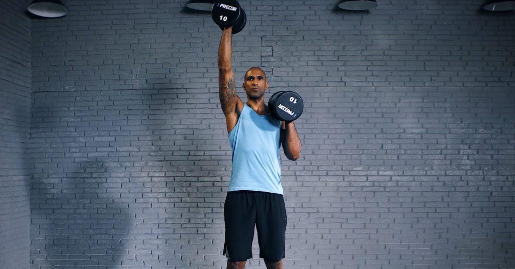 Alternate dumbbell shoulder press - Alternate Dumbbell Shoulder Press - presse épaule alternée avec haltère - EVO Fitness